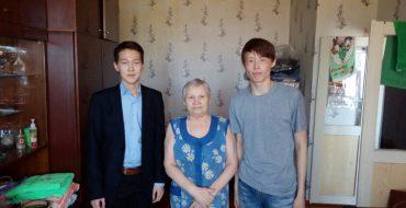 """Ученики 10 """"Б"""" класса  25 апреля оказали помощь Бубновой Графии Алексеевне"""