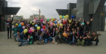 Учащиеся 6-б и 6-г классов провели на Площади Победы флешмоб «Мир! Весна! Победа!»
