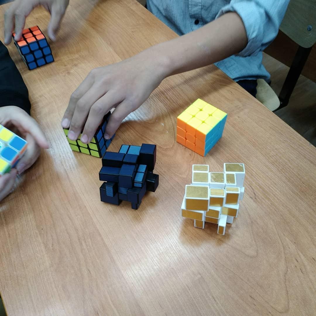 В эти минуты проходит 2й школьный чемпионат по спидкубингу (скоростная сборка кубика-рубика).