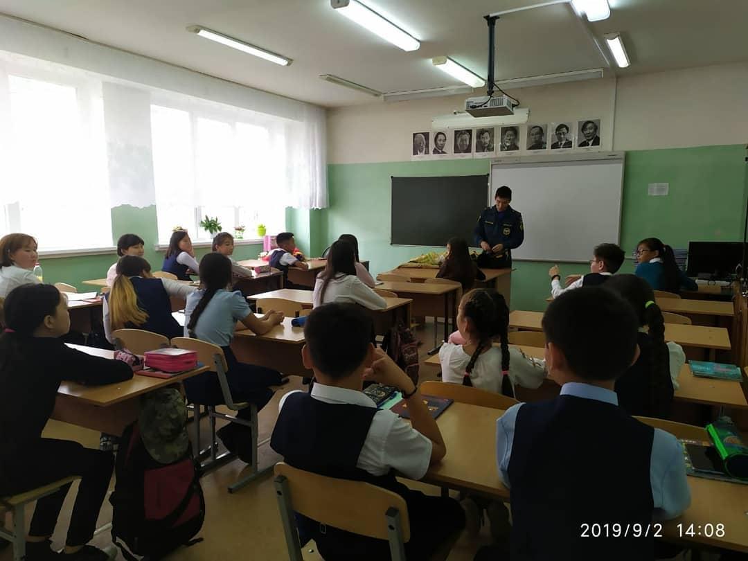 На Уроке Победы в 6в классе выступал начальник караула ПСЧ-6 Сергеев Дьулустан Егорович.