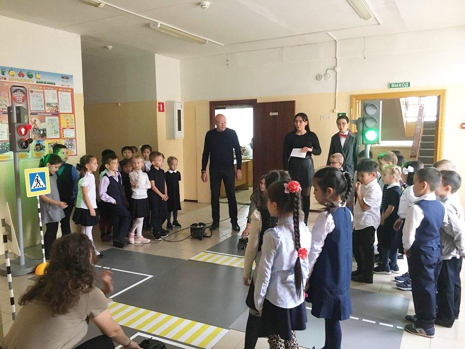Сегодня в рамках акции «Внимание, дети!» прошли занятия по ПДД для начальной школы. Провели Голованов В.А., заместитель директора по безопасности и члены школьного самоуправления 🚦