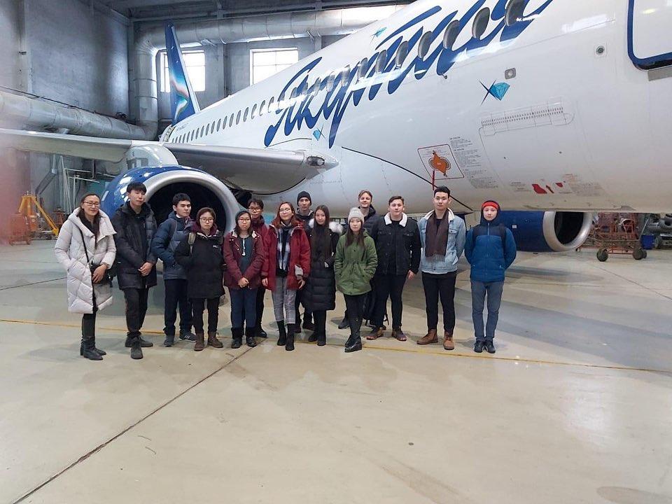 """16.10.19 учащиеся 10 г класса побывали на экскурсии по @yakutsk_airport . Сотрудники воздушного порта рассказали о зарождении и развитии авиации в Якутии, не забыв и про значимых личностей, внёсших свой особый вклад в эту историю. После этого ребята посетили ангар авиакомпании """"Якутия"""", где узнали о работе и обязанностях работников аэропорта, а также задали немало своих любопытных вопросов."""