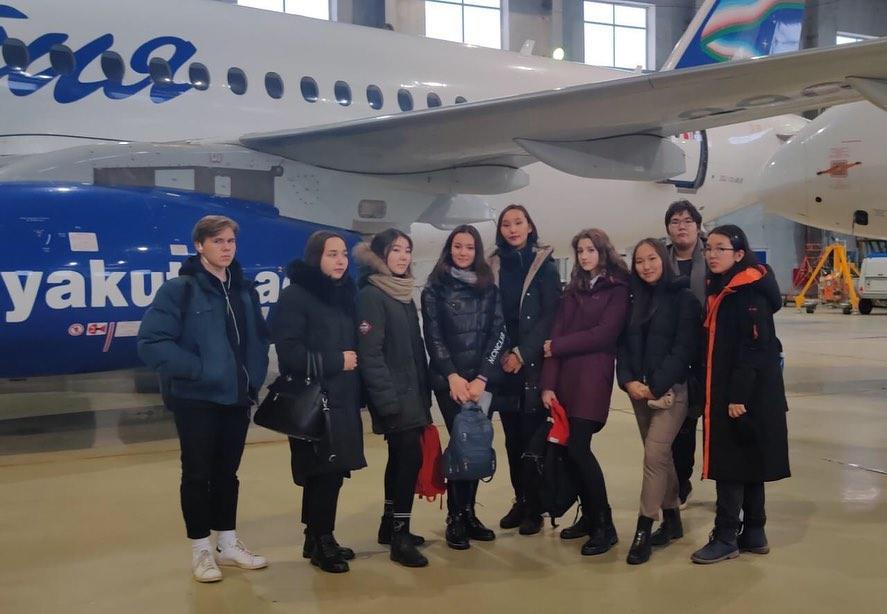 """Сегодня учащиеся 10б класса посетили @yakutsk_airport Работники аэропорта рассказали про историю якутской авиации. Ребята, после досмотра на КПП, побывали в ангаре авиакомпании """"Якутия"""", где услышали интересный рассказ о рабочих буднях техников, инженеров и других специалистов аэропорта."""
