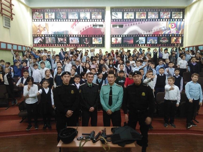 Сотрудники УФССП по РС(Я)  провели для учащихся 4-ых классов урок мужества. Рассказали о профессии, познакомили с боевым оружием и покпзали приемы самообороны.