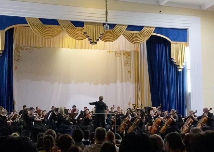 22 января 6 «а» класс с родителями сходили на концерт Государственного симфонического оркестра «Symphonica ARTica» под управлением дирижера Натальи Базалевой «Великие имена. Чайковский»